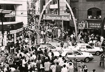 チャーミングセールで混雑する元町ショッピングストリート入り口