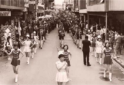 壁面後退完成の祝賀パレード